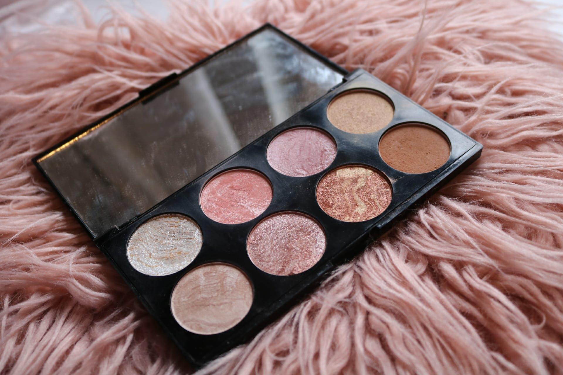<a class=&quot;amazingslider-posttitle-link&quot; href=&quot;http://www.ahmagazin.com/stilus/egy-marka-makeup-revolution/&quot; target=&quot;_self&quot;>Egy márka: Makeup Revolution</a>